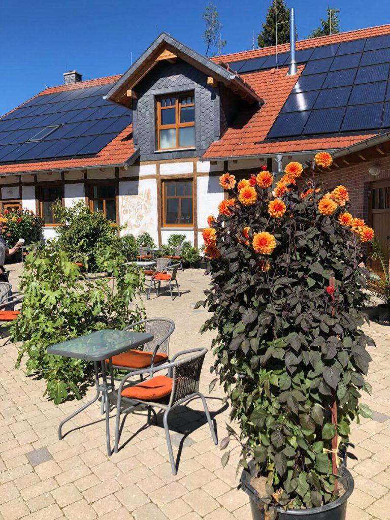 Außengastronomie Lokal Restaurant Brockenbauer mit Sitzgelegenheiten Ambienteaufnahme