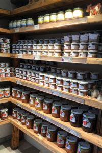 Regale mit Brockenbauer Produkten