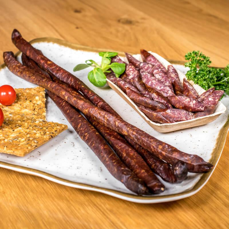 Würstwaren und abgeschnittente Wurstwaren Hirtenpeitschen auf Teller